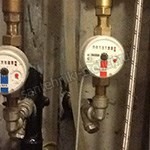 установка счетчиков воды в сантехническом шкафу